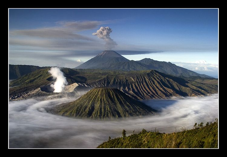 Bromo_semeru_low_clouds