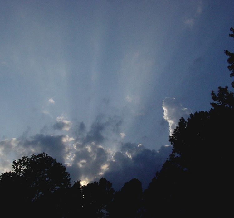 Crepuscular_rays_on_earth_day